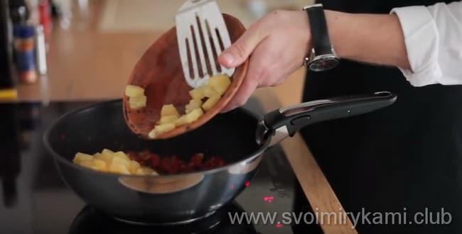 Что бы приготовить блюдо - курица в кисло сладком соусе с ананасами - добавьте тертый имбирь и кусочки ананасов