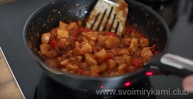 Что бы приготовить блюдо - курица в кисло сладком соусе с ананасами - готовую курицу нужно добавить в соус