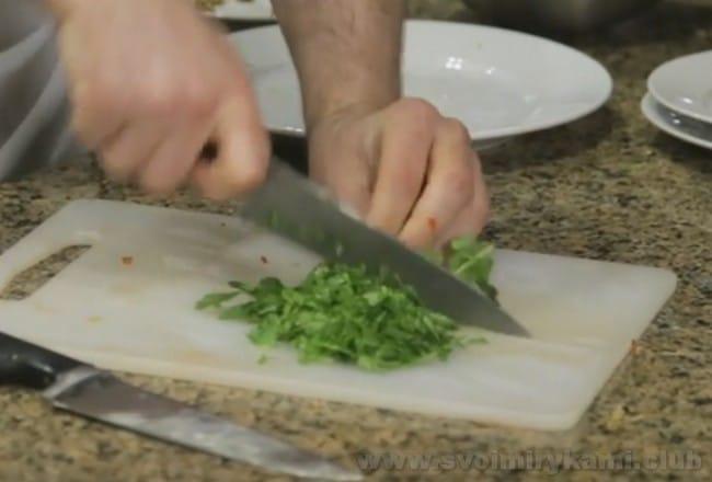 Рецепт лобио из стручковой фасоли можно усовершенствовать яйцом.