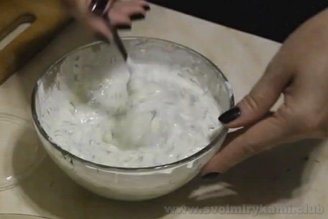 Рецепт огуречного соуса немного похож на белый чесночный соус для шаурмы.