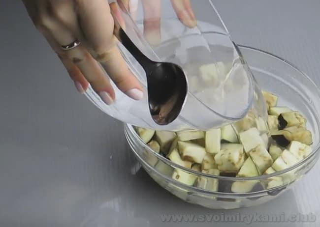 Овощное рагу с баклажанами получается очень сытным.