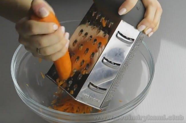 В рагу из баклажана, болгарского перца и помидора непременно добавляем лук и морковь.