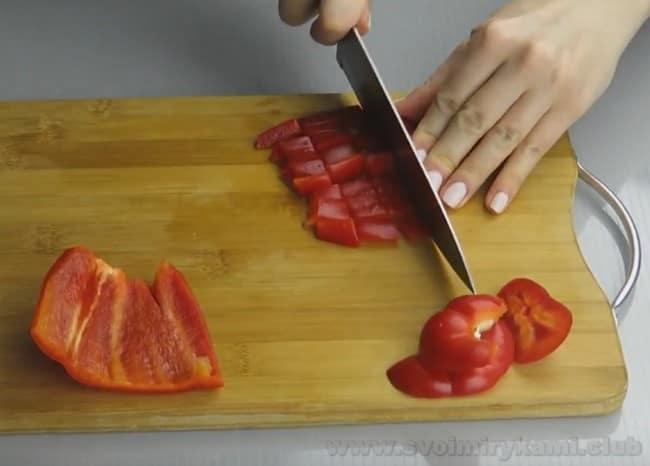 Рагу из баклажанов, болгарского перца и помидора будет очень ароматным!