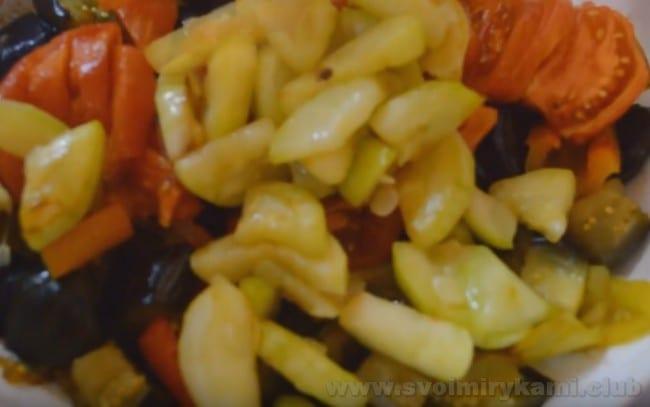 Наше овощное рагу с баклажанами и кабачками почти готово.
