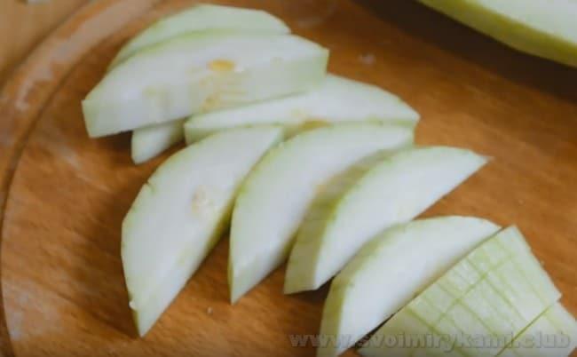 для приготовления овощного рагу с баклажанами и кабачками последние нарежем полукольцами.