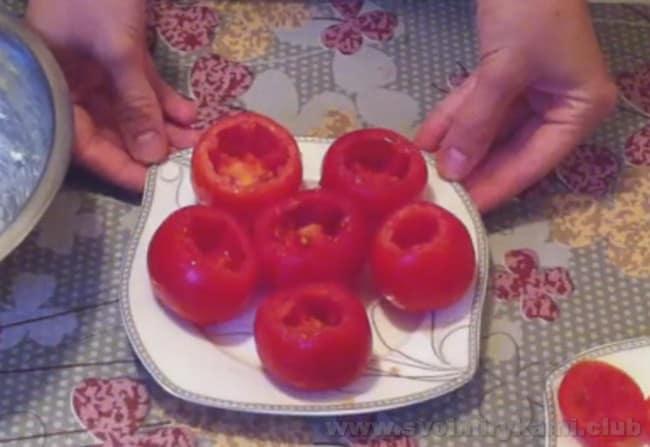 Чтобы приготовить помидоры, фаршированные сыром и чесноком, вычищаем помидоры от мякоти.