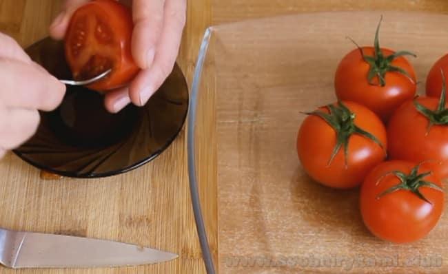 Мы почти закончили приготовление помидоров, фаршированных сыром и чесноком и яйцом.