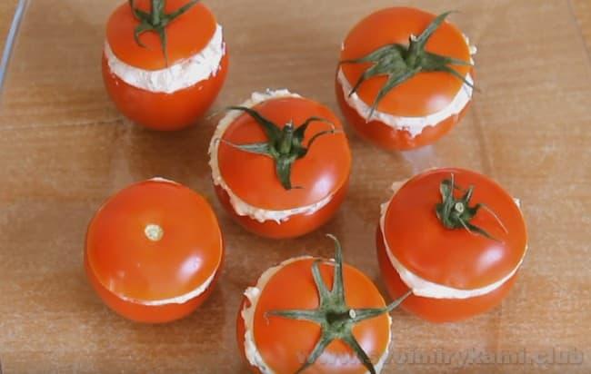 Помидоры, фаршированные сыром и чесноком и яйцом, можно подавать на стол.
