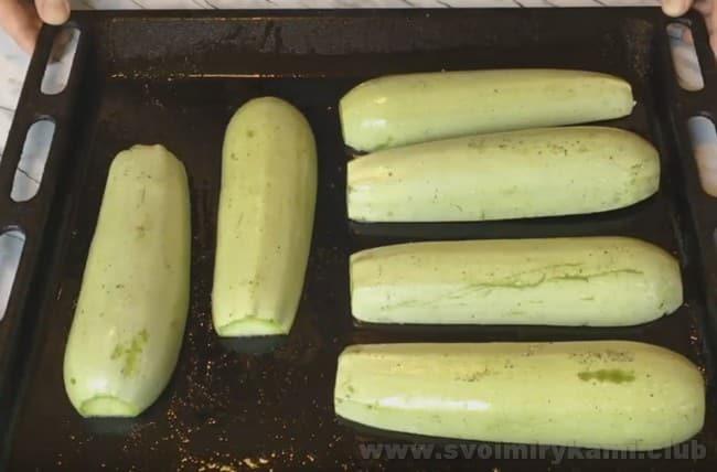 Если хотите приготовить кабачки, фаршированные фаршем, запеченные в духовке, рецепт лодочек наверняка придется вам по вкусу.