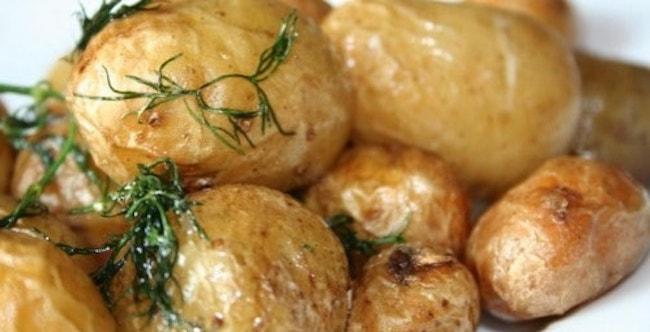 Наша картошка в мундире приготовленная в микроволновке готова к подаче на стол