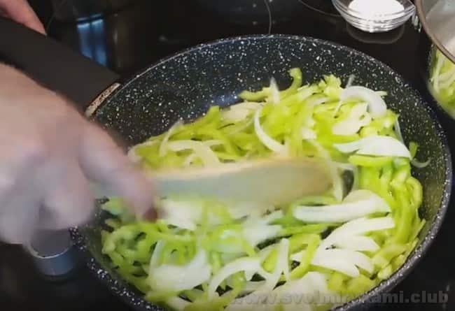 Рецепт лобио из зеленой стручковой фасоли по-грузински предусматривает также использование болгарского перца.