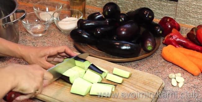 Далее баклажаны нарезаем на крупные прямоугольные брусья