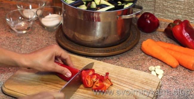 Перец очищаем и затем нарезаем и готовим баклажаны в кисло сладком соусе на зиму
