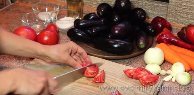 Помидоры очищаем от плодоножки, затем нарезаем их средними кусочками для приготовления баклажан в кисло сладком соусе