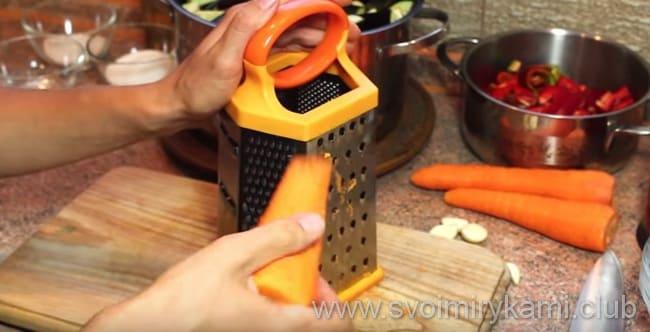Для приготовления блюда - баклажаны в кисло сладком соусе надо морковь натереть на терке