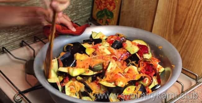 Для приготовления блюда - баклажаны в кисло сладком соусе нужно перемешать все овощи