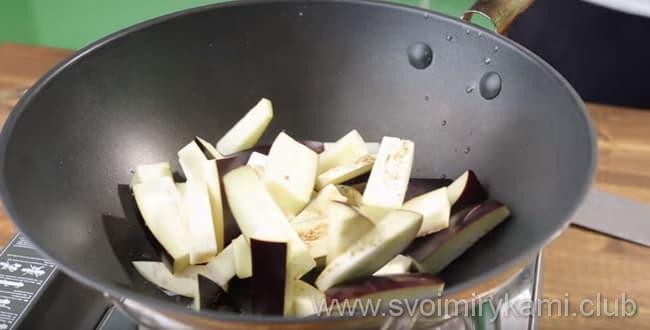 Что бы приготовить баклажаны в кисло сладком соусе нужно обжарить баклажаны на масле
