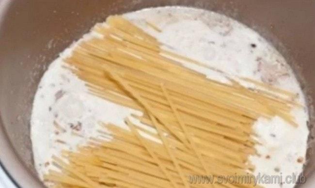 Как видите, паста карбонара по классическому рецепту готовится с беконом в сливочном соусе.
