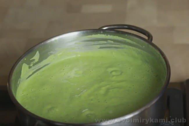 Мы готовим наш сливочный соус для рыбы с капустой брокколи.