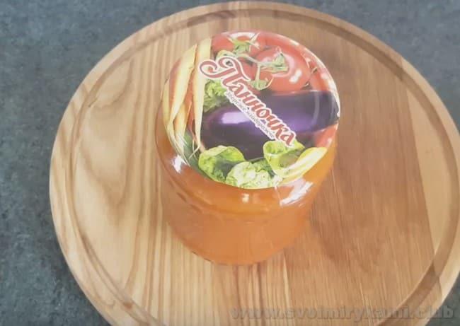 Этот рецепт томатного соуса получается также очень вкусным с базиликом.