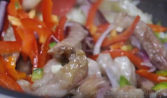 Свинина с овощами в кисло-сладком соусе выглядит очень аппетитно даже еще не совсем готовой.