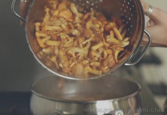 предлагаем вашему вниманию простой и быстрый рецепт жареной картошки с лисичками на сковороде.