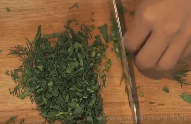 Жареные лисички с картошкой в мультиварке приправим свежей зеленью.