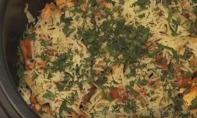 Жареные лисички с картошкой в мультиварке почти готовы.