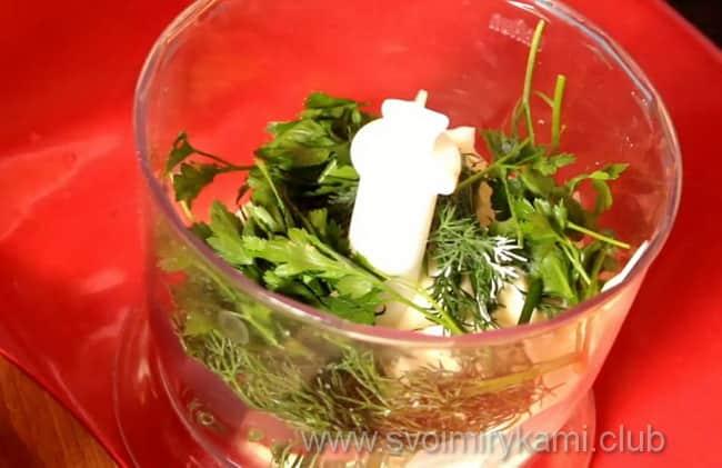 В блендер кладем майонез и свежую зелень