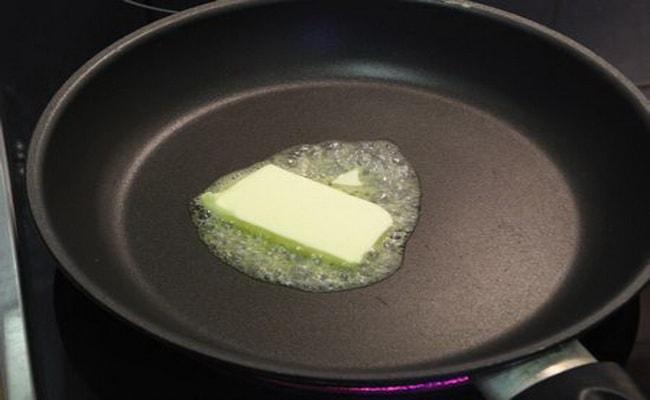 На разогретую сковородку кладем сливочное масло и растапливаем его.