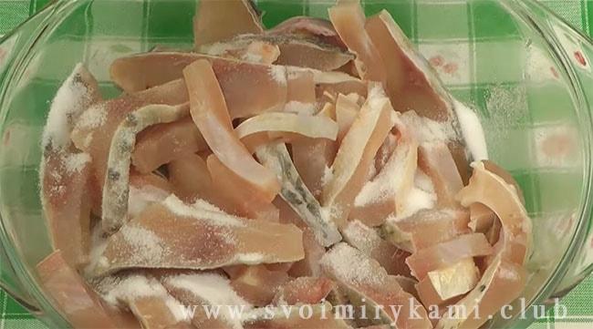 Нарезаем филе на тонкие ломтики