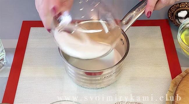 В отдельную мисочку всыпьте сахар