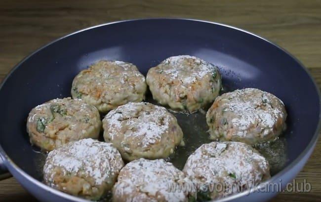 Обваляв котлеты в муке, выкладываем их на разогретую сковороду с растительным маслом.
