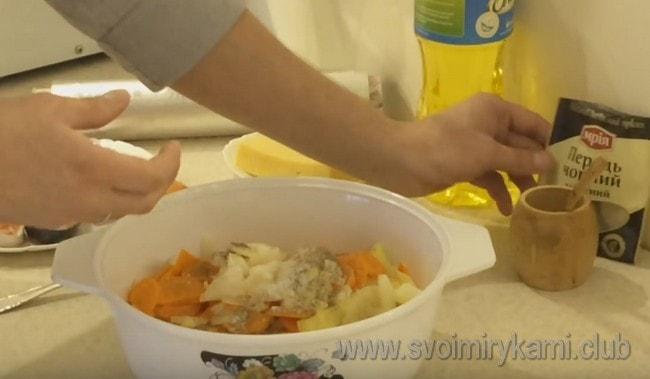 Складываем все овощи в глубоку миску, солим, перчим, добавляем растительное масло и перемешиваем.
