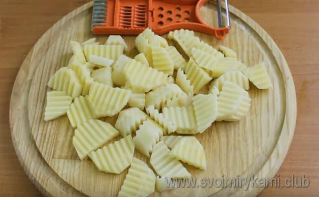 Картофель нарезаем тонкими ломтиками.