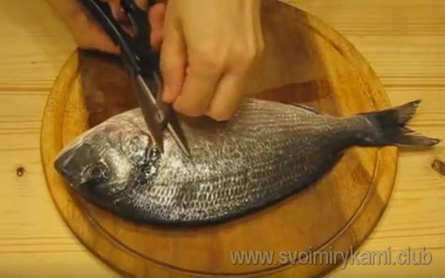 А вот еще один интересный и простой рецепт, как можно приготовить рыбу в духовке.