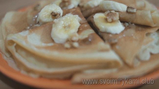 При подаче блинчики можно полить медом или сгущенкой, украсить орешками и бананом.