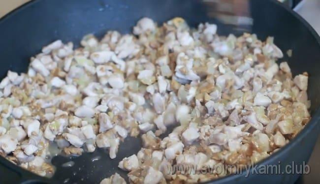 затем добавляем к этим компонентам нарезанное кусочками куриное филе.