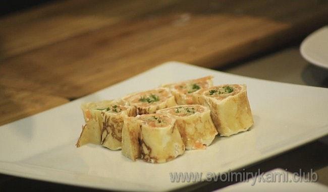 Блины с семгой и сливочным сыром, приготовленные по такому рецепту, станут отменной закуской на любом праздничном столе.