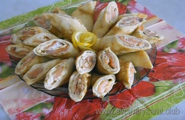 Подавать блины с рыбой и сливочным сыром можно, разрезав из пополам или на три кусочка наискосок.