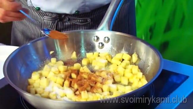 Посыпаем яблоки сахаром и корицей.