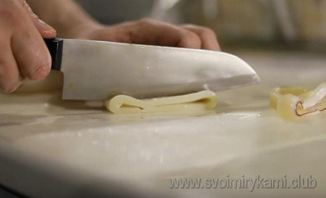 Нарезаем очищенные тушки кольцами.