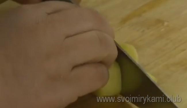 Нарезаем также имбирь, зеленый перец и кинзу.
