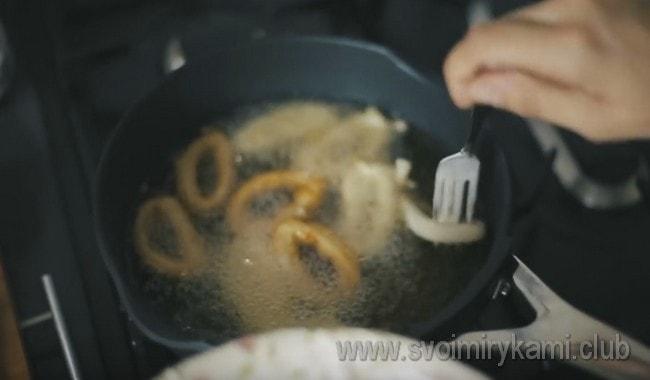Каждое колечко обмакиваем в кляр и выкладывеам на сковороду.