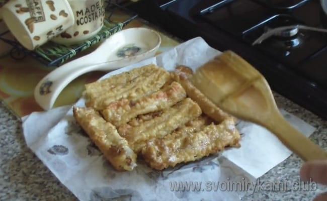 Крабовые палочки в кляре с сыром это отличное самостоятельное блюдо, а также прекрасная закуска, к примеру, к пиву.