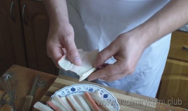 Для такого варианта приготовления крабовые палочки надо развернуть.