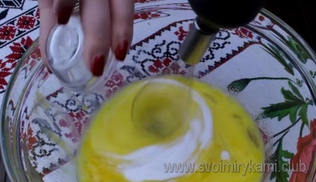 Всыпаем ванильный сахар и перемешиваем массу.
