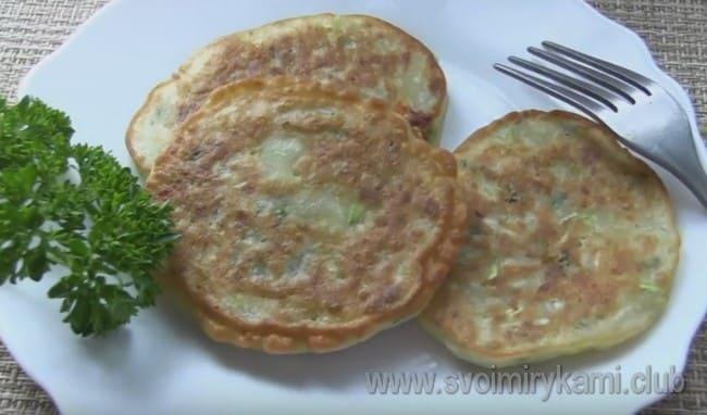 Оладьи из кабачков с сыром готовы.