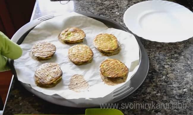Оладьи из кабачков, приготовленные в духовке, можно предлагать даже маленьким деткам.
