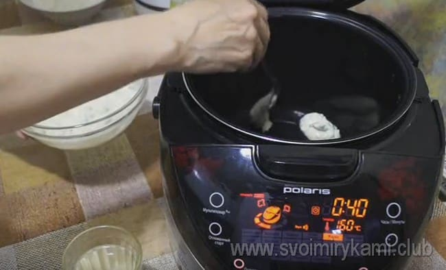 Когда сковороду или мультиварка разогреется, выкладываем ложкой тесто, формируя оладушки.